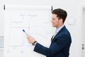 mann hält einen vortrag zum projekt management